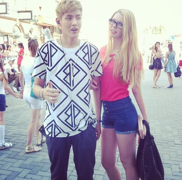 So you all know Kris took a photo with this girl..&apparently he's saying sorry because his expression was.. -ma- http://t.co/avZbD2UIE6