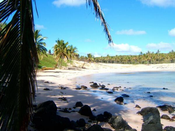 The world's remotest pure white sand beach: Anakena on Chile's Easter Island, aka Rapa Nui. Been there - it's fab! http://t.co/qU1jozw2x9