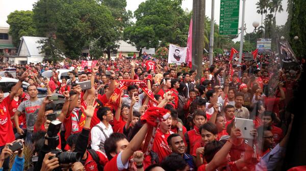 BPXIzHzCIAI87e  Scenes! Liverpool arrive in Jakarta to ridiculous welcome [video & pictures]
