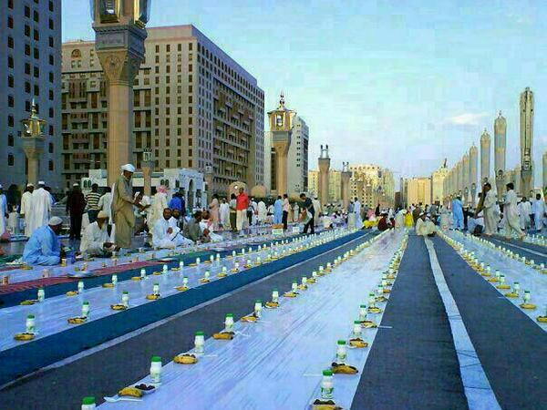 Masjid Nabawi in Madinah witnesses biggest Iftar in the world.More than 12,000 mtrs of table cloth are laid out daily http://t.co/rAtmbDJ9jz