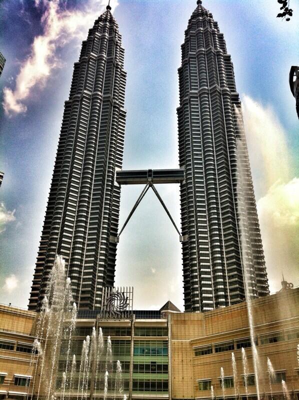 Subir a las Torres Petronas, en Kuala Lumpur una experiencia imperdible! @myguiadeviajes http://t.co/vitrv7S8l3