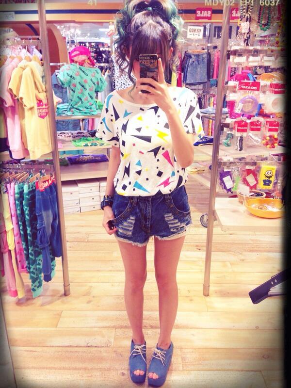 【私服コーデ】ウルトラPOPTシャツ×パンクダメージショーパン!この間も紹介したこのセールコーデ。実は黒と白の2色買い( *`ω´)SALEで安いと2色買いしてしまう( ̄ー ̄)笑 http://t.co/MeJh44Xfqb