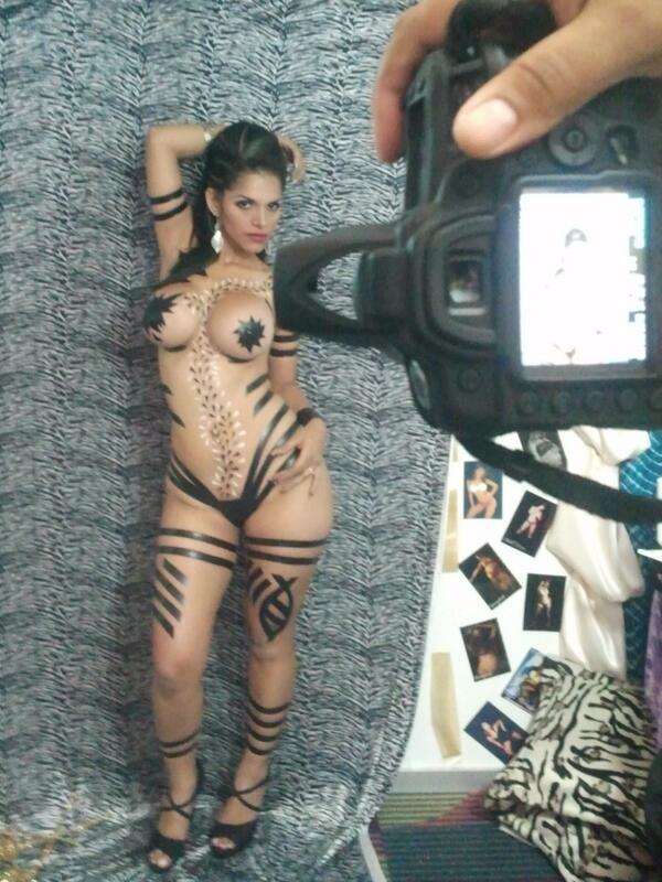 **Dusbeyly** (@Dusbeyly): En @miExpoSexo con @BodyTape @CuerpodelDia @tensionirreal @BellezaLatinaN @interactivoss @sexyvid7 @sexyworld5 http://t.co/ANxDQnx6b3