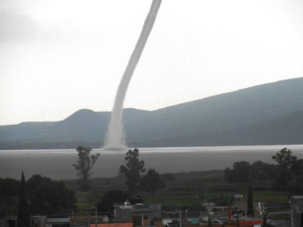 Vaitiare Mateos Bear (@vaitiaremateos): Imagen del tornado en la Laguna de Yuriria, Guanajuato http://t.co/kRFuUbfgmM