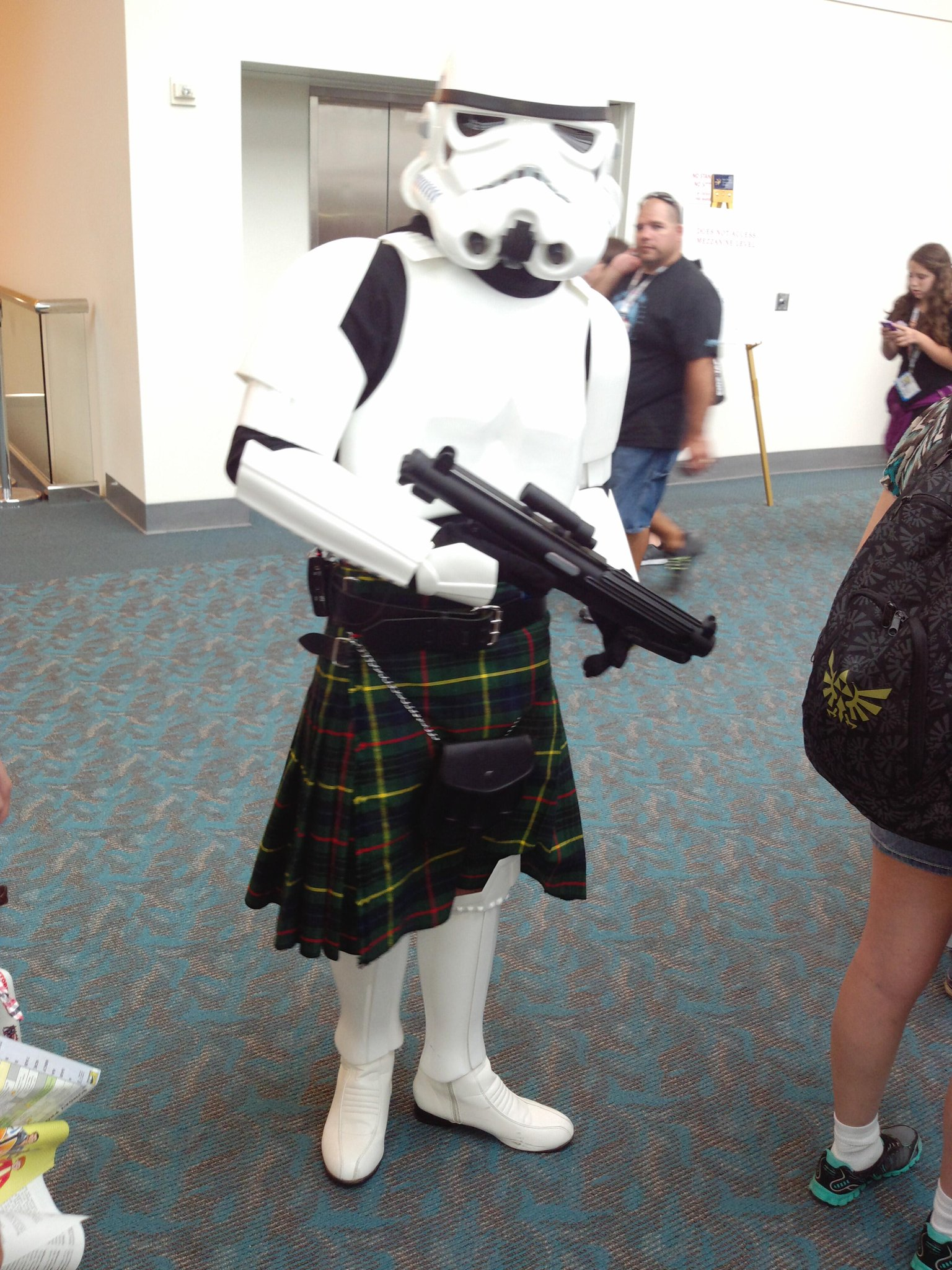 I know you ain't peepin' MY droids, yo.  Move along #stormtrooper, nothin' to see. Btw, nice kilt! #sdcc #starwars http://t.co/U0eSyxHRMR