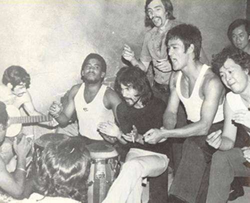 RT @ismaelquesada: ¿Hay algo mas raro que Bruce Lee cantando flamenco? http://t.co/V9OauQbXkM