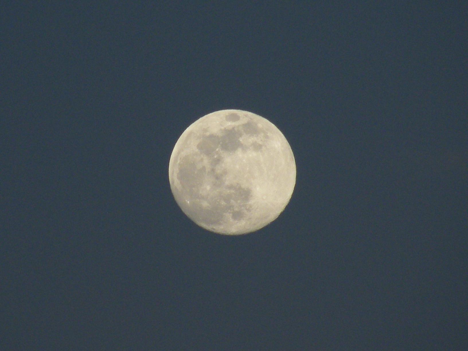 RT @jmrozada La Luna saliendo desde Guarenas, Venezuela.  http://t.co/0jz1Jb04mI