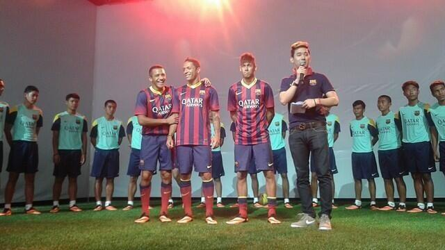 FAIL! Barcelona superstar Neymar fall off the stage during a Nike promo show in Bangkok
