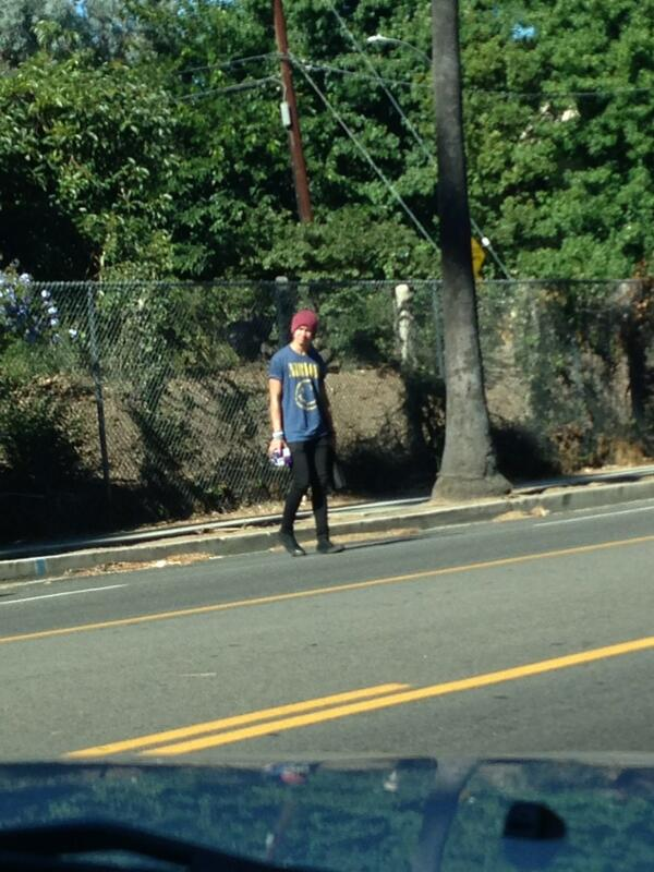 He's been waiting about 15 minutes to cross this road cause he's scared hahahahaha http://t.co/YAQNdRd18Z