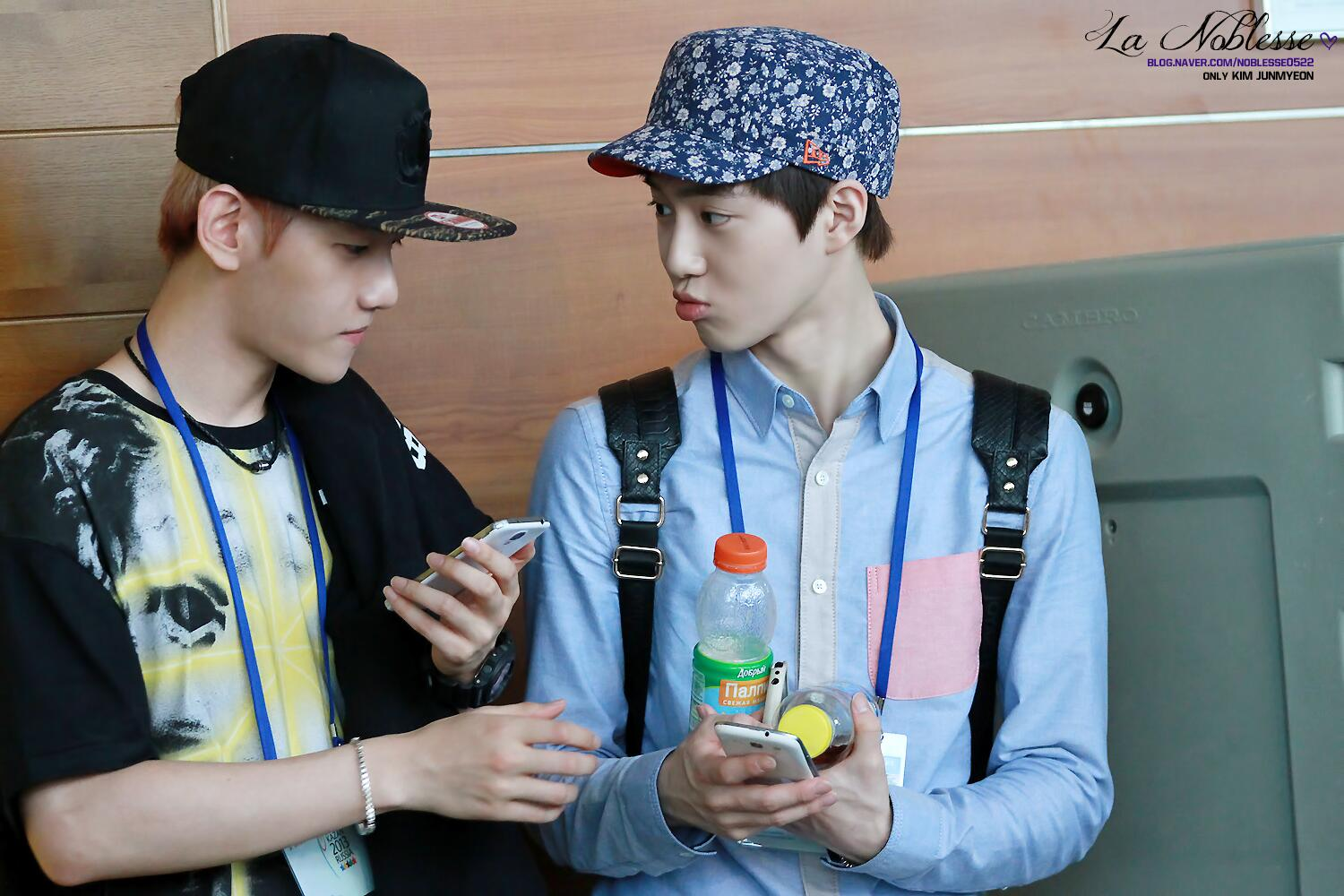 130715  Moscow Airport SUHO 9P Baekhyun handed Suho his empty bottle ㅋㅋㅋㅋ 둘다 너무 귀여워^^ ▷http://t.co/zutqYYRE27 http://t.co/yUIWFB2COS