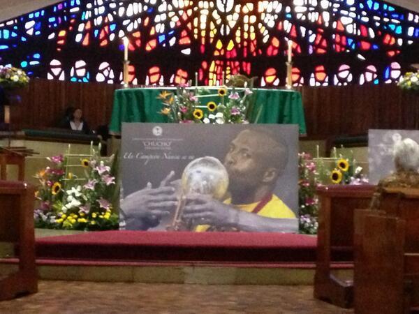 Adolfo Díaz Rufo (@rinconderufo): El altar de la iglesia a punto de celebrarse la misa en recuerdo de Chucho Benitez http://t.co/cMbzW30htb
