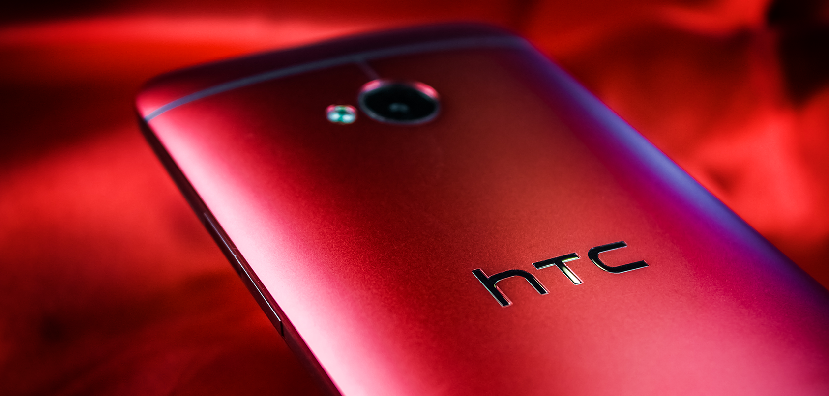 Roses are red, this phone is red, poems are hard. #HTCOne http://t.co/yS6tDWzrls