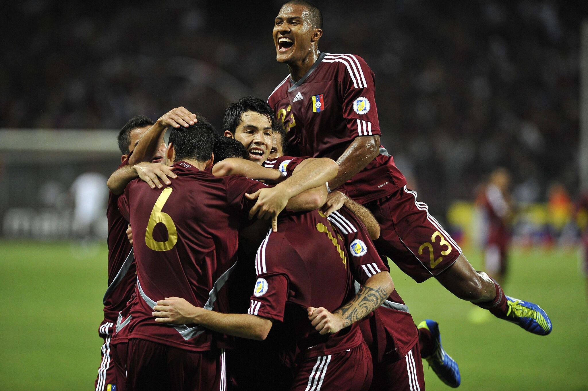 #FotoDePortada   Venezuela celebrando su primera victoria contra Argentina en las eliminatorias mundialistas http://t.co/F0bCVCpeST