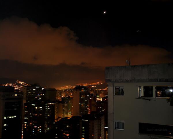 RT @luzhernandezr La Luna y Venus sobre Caracas. http://t.co/8xwgviifUD
