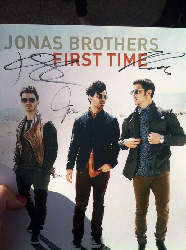 @nickjonas @joejonas @kevinjonas One of the security guards got this for me yesterday in AZ thanks!💜💙 #JBTourBookAZ http://t.co/dxAkX6dNoc
