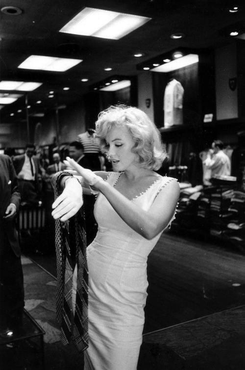 RT @LaueCler: Wooh it's time to ............[Marilyn Monroe by Sam Shaw 1954] http://t.co/CcCu0ZCF90