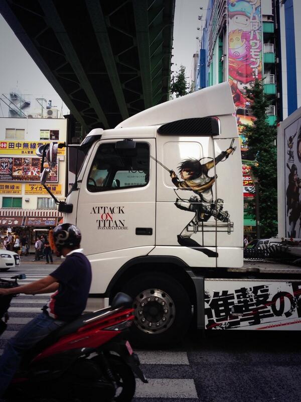 今すれ違った進撃の巨人トラックを撮ったら「横切ったバイクの人の首の肉を削ごうとするミカサ」みたいな奇跡のタイミングが産まれた