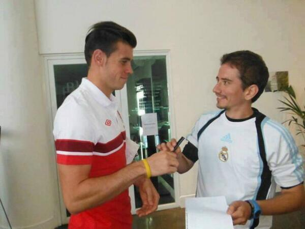 Tottenhams Gareth Bale gave a Real Madrid shirt wearing fan an autograph [Picture]