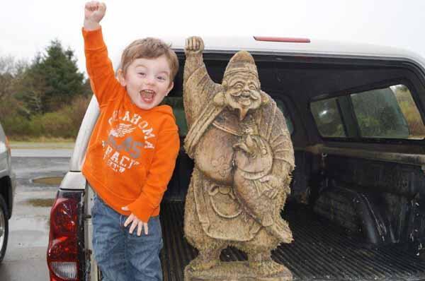 そもそも恵比寿様は漂着神ですものね RT @kirikami: 北米のビーチに流れ着いた木造の恵比寿さまの写真。 それを真似てガッツポーズをしている子どもは、見つけた人の孫で、えびす顔が大のお気に入りという。 https://t.co/0RBKEPCrqZ