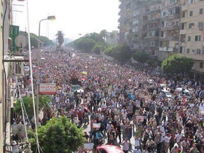 Les manifestants sautent d'un pont du Caire pour échapper aux balles.