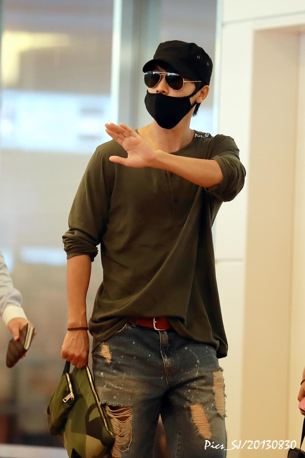 """So cool !! """"@pics_sj: [Pic]20130830 Haneda Airport #Donghae #SUPERJUNIOR http://t.co/sSNuH3ZbUB"""""""