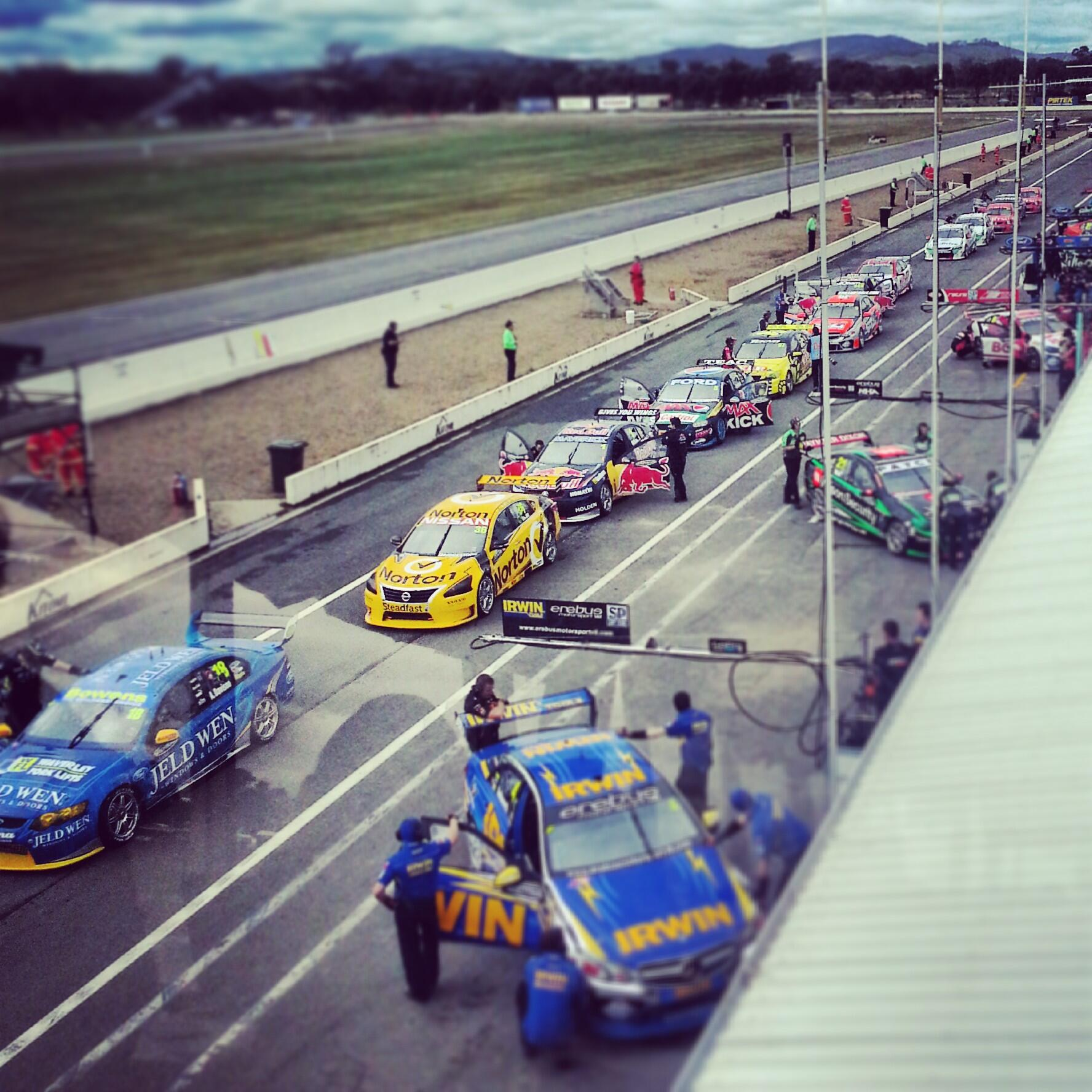 Session red flagged. Everyone ready to get going #v8sc http://t.co/j4N0wLf9Go