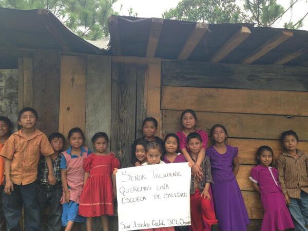 Alejandro Hdez (@nitr0usmx): Hey @EPN, estos niños de San Isidro Ocotal (municipio de San Cristóbal, #Chiapas) te mandan un mensaje! cc @SEP_mx http://t.co/ki8WAPdD2r