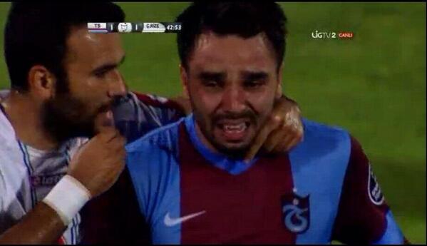 BSnRDrYIYAAyIfX Volkan Sen (Trabzonspor) left the pitch in tears during Rizespor match
