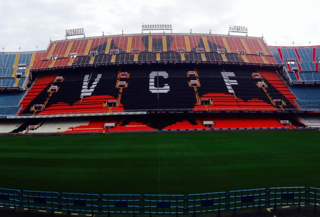 El murciélago que sobrevuela Mestalla esta casi terminado. Espectacular. #Mestalla http://t.co/tt3e9GYwvO