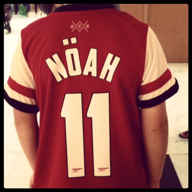 A young Arsenal fan gets a personalised Mesut Özil tribute shirt (via @barryfrankfurt)