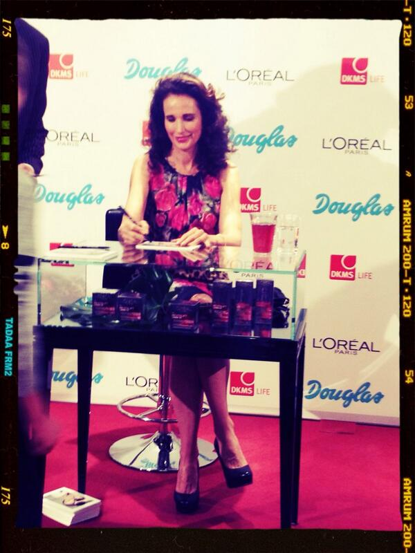 RT @DoraVarro: ...Welcome to #Berlin: @AndieMacDowell3 im Douglas-Shop! Autogramm-Stunde... http://t.co/9jteXeaS7K