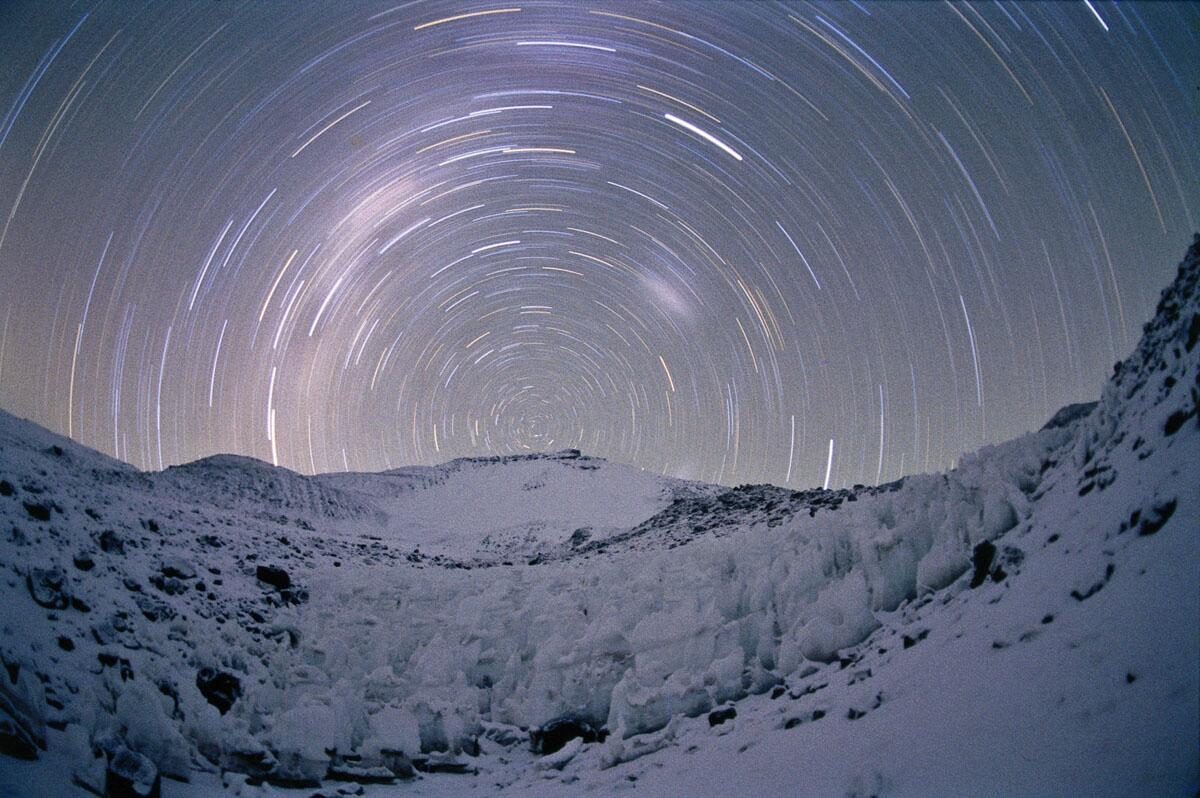 amazing pic! RT @Cosmo_Noticias Entre la Tierra y el espacio, en Ojos del Salado (por Serge Brunier) http://t.co/xF9FE90pIM
