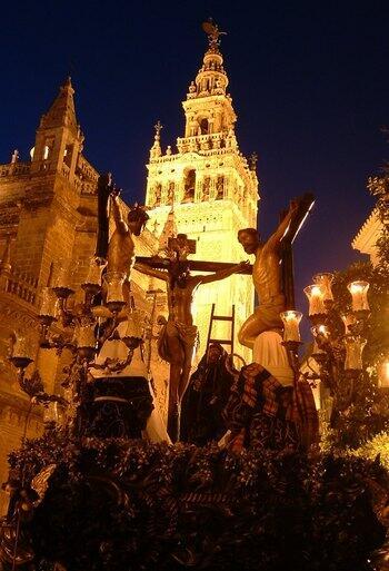 RT @dCofradias: El misterio de la Carreteria tras salir de la Catedral en la noche del Viernes Santo. http://t.co/fdIW8ieVJb