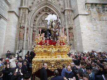 RT @trianeradpureza: El Stmo. Cristo de las Tres Caídas de Triana saliendo de la catedral sevillana. (2013) http://t.co/dC8EsLY16P