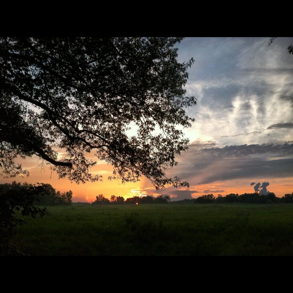 Gorgeous sunset this evening!!! #teamjudd #JuddNation #bb15 #tennessee http://t.co/w3U6jc79gm