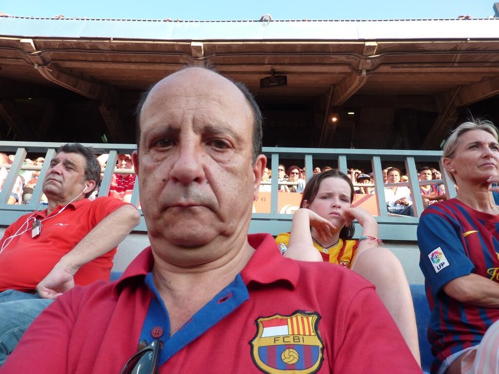 Carlos, orang asli Catalan yang memakai polo shirt FCBI saat menyaksikan pertandingan FCB vs Levante di Camp Nou :) http://t.co/PrLuzxLT1U