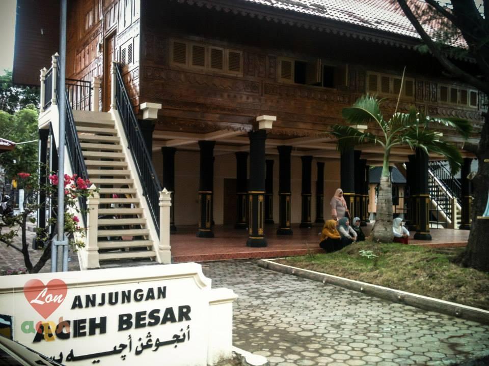 lalu beralih ke anjungan Aceh Besar, yang bisa kita dapati di sebelah kiri pintu masuk arena #AcehCultureFest http://t.co/3oHcK7e0Xq