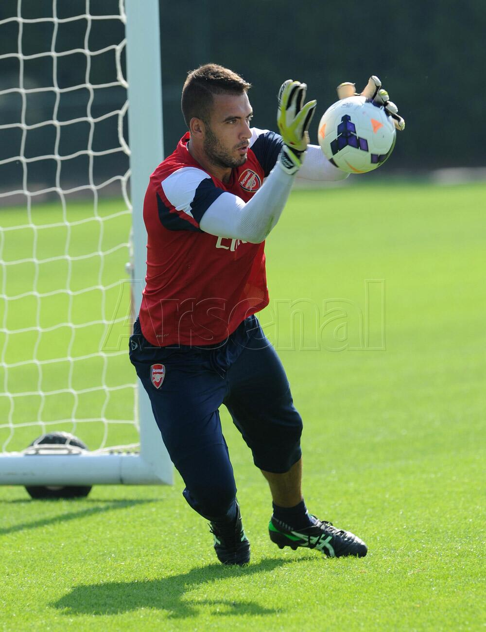 New signing @EmilianoViviano has completed his first week of training. Here's the keeper in action #WelcomeViviano http://t.co/6eruwLEBom