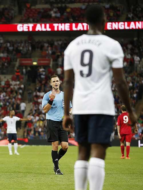 Welbeck receives the bad news about his next game... #yellowcard http://t.co/3eIVrgcCK3