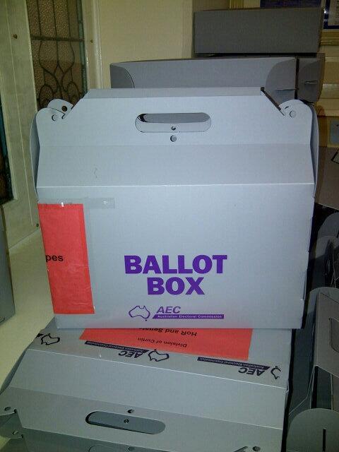 Kotak suara u/ mobile voting, memilih di TPS yang di wilayah pedalaman atau u/ orang2 yg sakit (sulit mjangkau TPS) http://t.co/kimIuoQYcp