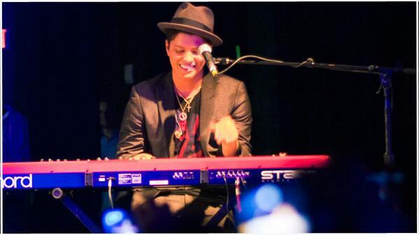 Expresiones (@expresionesec): #BrunoMars cantará en el Super Bowl. http://t.co/yGuFP9y0nQ http://t.co/SDengMK2Ae