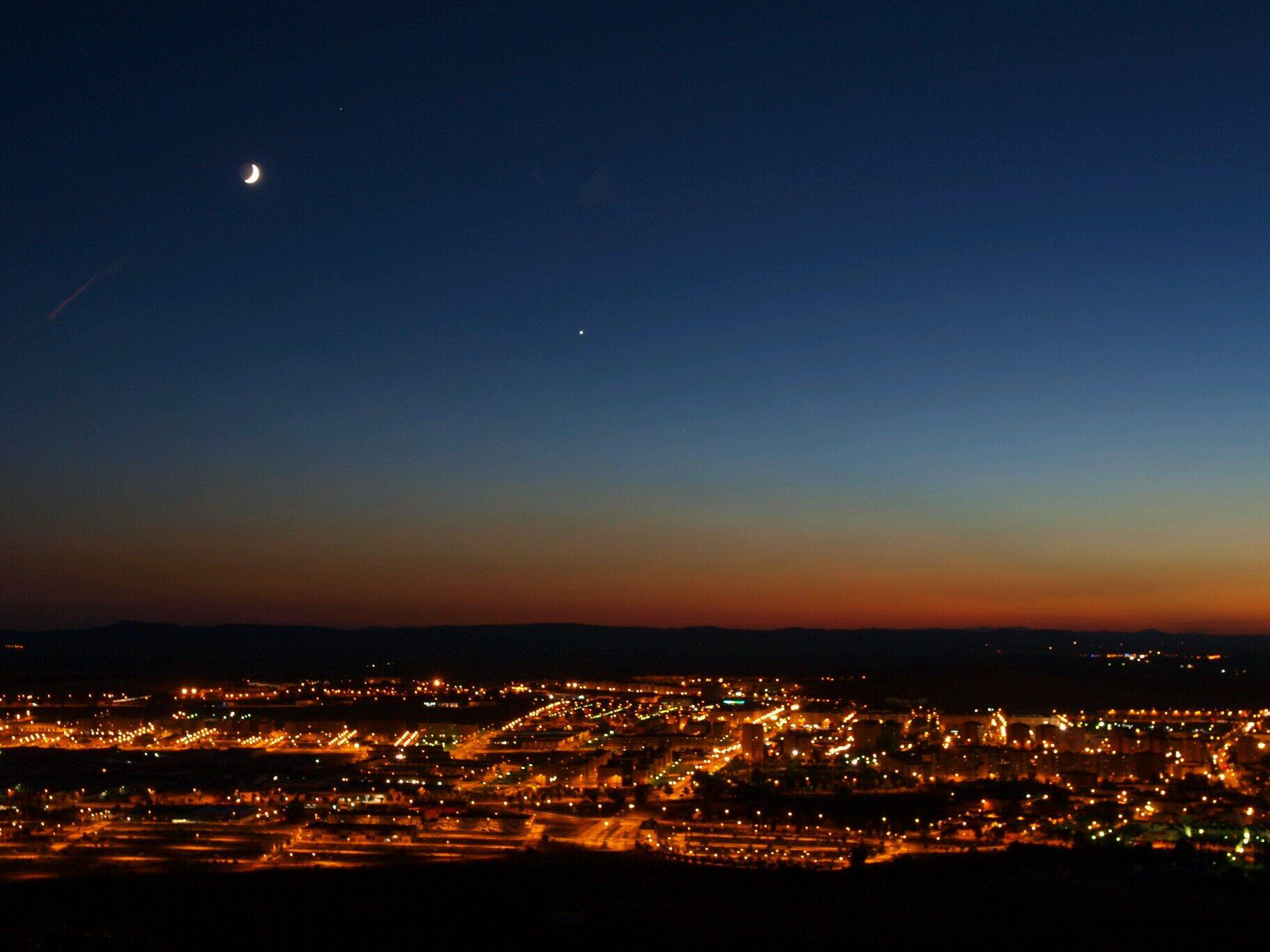 RT @juanjoadr: La Luna, Venus (centro), y Saturno (arriba muy cerca de luna) desde Caceres @El_Universo_Hoy @Imagenes_Es @apod http://t.co/A0xmNtCyCK
