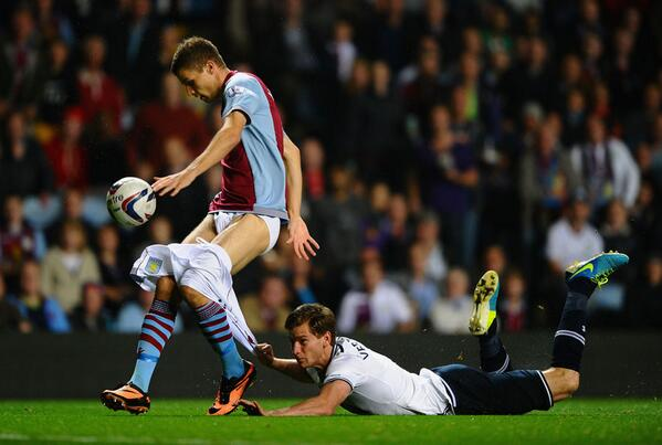 PHOTO OF THE NIGHT: Some players will go to any length to win a football match. Isn't that right, Jan Vertonghen? http://t.co/0UdAsPzUAl