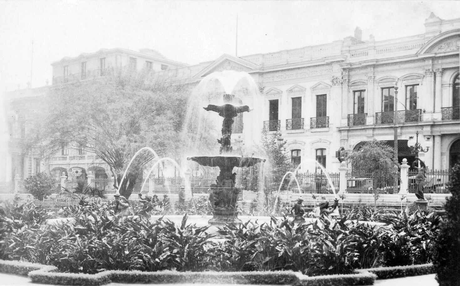 Jardines y pileta del Congreso Nacional de Santiago en el año 1910. @EnTerrenoChile @santiagoadicto @ramonllao @purb http://t.co/Qvs2L8BDH4
