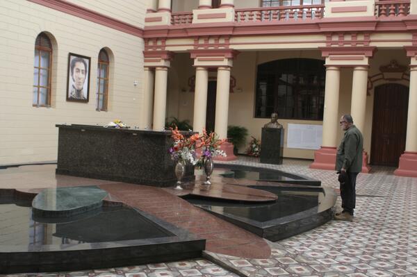 NoticiasMk 104.9 FM (@MK104_9FM): Visita de Mario Silva al Comandante Supremo Hugo Chávez / Cuartel de la Montaña / Lunes 09-09-2013 http://t.co/hSHKC8NWgs