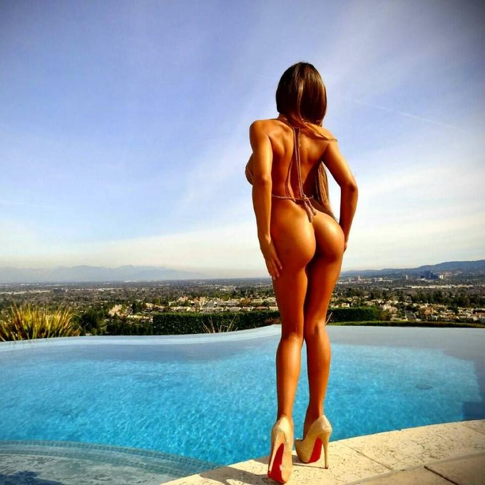 Just livin life Naked, High and in Heels :) #JustDoinMe http://t.co/u335G5Y2zT