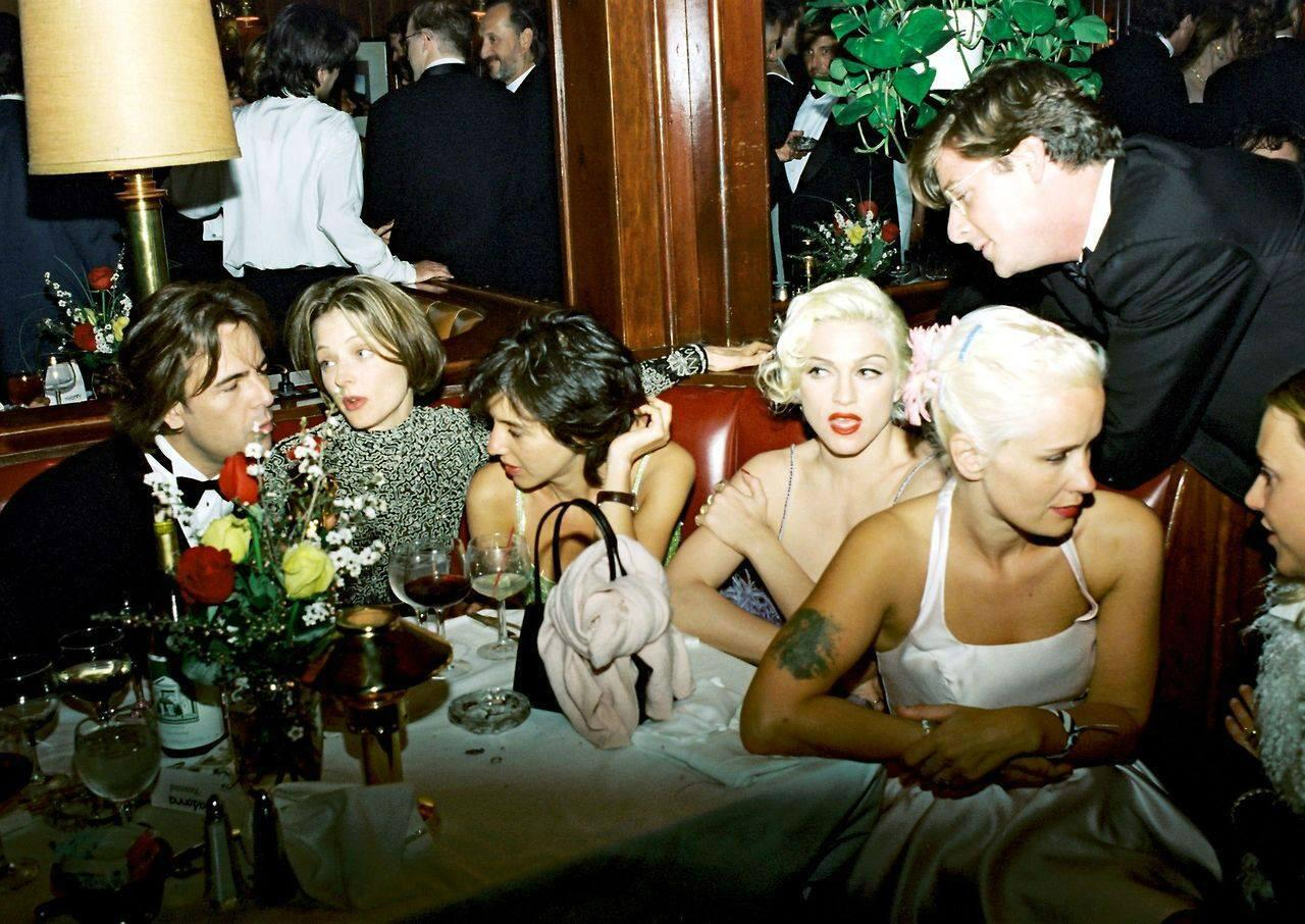 #Madonna, Jodie Foster, Paula Yates, Don Johnson and Alek Keshishian (back turned in mirror) at the 1995 Oscars Party http://t.co/qEAHon9hSo