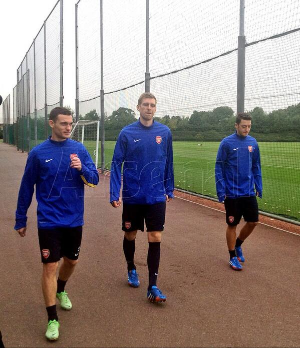 Here are @T_Vermaelen05, Per Mertesacker and @MesutOzil1088 preparing to train ahead of #MARvAFC http://t.co/sIuMdhl3NP