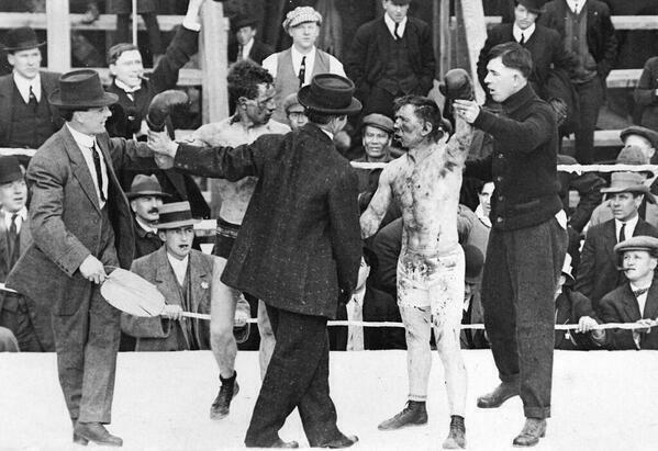 Foto impresionante de un combate de boxeo entre Roy Campbell y Dick Hyland. Steveston, Canada, 1913. http://t.co/TJzWbLganl