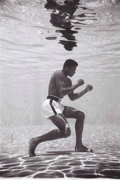 Muhammad Ali, utilizando métodos de entrenamiento bajo el agua. Increíble. http://t.co/oWCwrlUcGZ